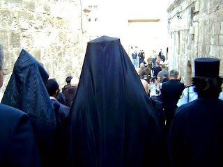 Fransiskan Hristiyan mezhebine ait Fransa Ermeni kadınlarıtamamen siyah çarşaf-peçe giyerler. Bunların Gök Ana şeytanı İran şeytanı Anahita'dır.