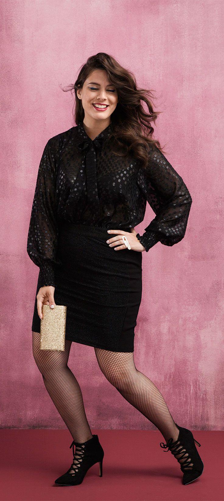 Shine shine! Dat zwart ook heel feestelijk kan zijn bewijst deze Zizzi blouse met chique strikkraag. Benadruk je taille en stop de blouse in je kokerrok.