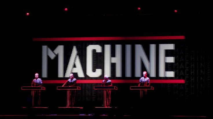 En liten tøddel av kjemi vist fram av Kraftwerk.  Kraftwerk avsluttet Roskildefestivalen 2013 på Orange scene. Foto: Kristian Ridder-Nielsen / Dagbladet.