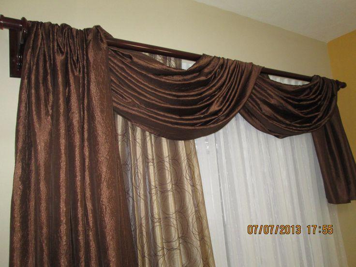 Conjunto de tres cortinajes. Cenefa y lateral con tela de tafeta; cortina con tafeta bordado y cortina con marquiset decorado.