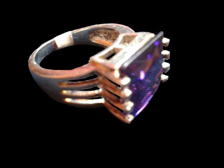 Hermoso anillo en plata con una llamativa piedra cuadrada en púrpura