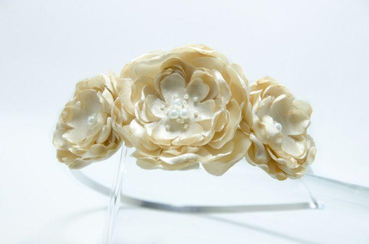 Čelenka smetanové kvítky Originální čelenka s ručně vyrobeným saténovými smetanovými kvítky Doplněný perličkami a korálky. Velikost květu: š.6cm, 5cm a 4 cm Kovová čelenka stříbrnébarvy ,šíře 0,5cm. čelenku je možné i ve stříbrné barvě nebo plastovou. Čelenku je možné vyměnit za černou kovovou nebo plastovou .Stačí napsat do poznamek. Květiny jsou více ...