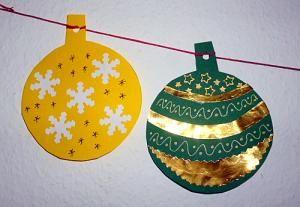 Weihnachten/basteln-Weihnachtskugeln-Tonpapier-Goldpapier