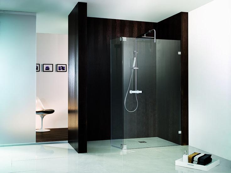 Diese Walk-in-Dusche erinnert mit ihren klaren Linien an den Bauhaus-Stil - und wirkt doch angenehm warm durch das dunkle Holz. Mehr Walk-in-Duschen unter www.wohn-dir-was.de Bild: HSK