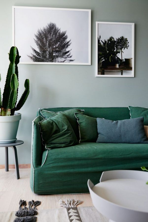 Un canapé de couleur vert sapin pour apporter du caractère à un salon.