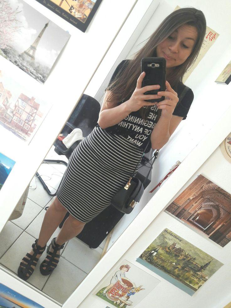T-shirt preta + saia lápis listrada + sandália tratorada