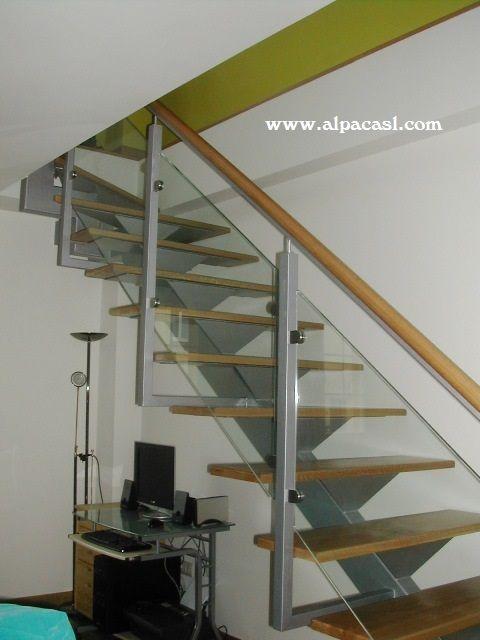 escalera de estructura metlica y barandilla de cristal con pasamanos cilndrico de madera