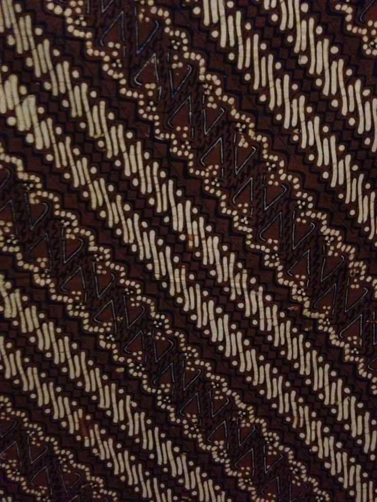 Parang Klithik Gapit Seling Templek (Ambarukmo Jogja) Pada motif ini parang plenik digapit dengan parang templek, sehingga menjadi komposisi yang indah. Menggambarkan harmonisasi dari perbedaan pandangan.