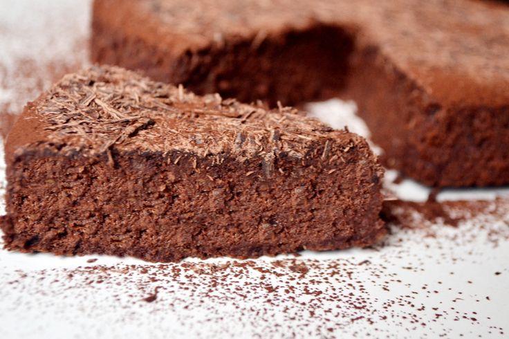 Przepis na bezglutenowy tort czekoladowy z espresso: Połączenie kawy i czekolady to jedna z lepszych rzeczy na świecie. W tym torcie znajdują się oba elementy. Nie zawiera glutenu: stosowałem cukier z ksylitolu, dlatego tort jest zupełnie zdrowy. Nawet z rana można zjeść kawałek tego kremowego, mięciutkiego tortu.