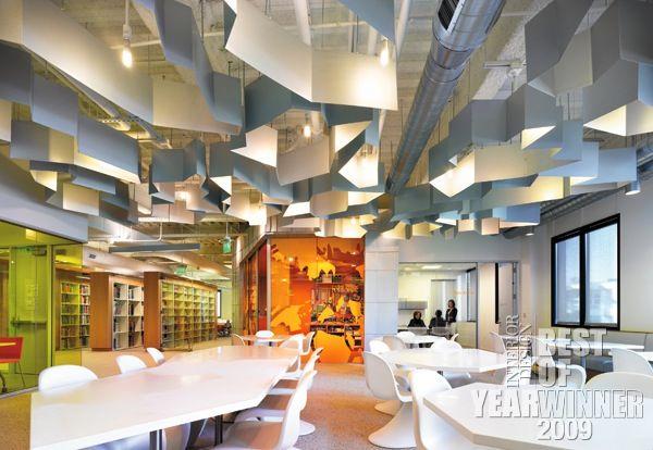 Plafond brut agrémenté d'éléments brises-lumière