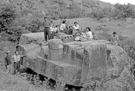 """El día que Tláloc viajó a la ciudad de México -  Así se vivieron aquellos días en que la monumental imagen del dios del agua tuvo que abandonar Coatlinchán para ser trasladada a su nuevo hogar en la entrada del Museo Nacional de Antropología en el Bosque de Chapultepec.        Tlálocera una deidad de la lluvia, cuyo nombre proviene del náhuatltlaloctli, """"Néctar de la tierra"""". Entre los zapotecos y totonacos se le llamabaCocijo, en la Mixteca era convocado comoTzhui; los tarascos lo…"""