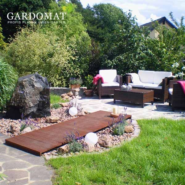 Mediterraner Garten Mit Sitzplatz Aus Polygonalpflaster Rattan