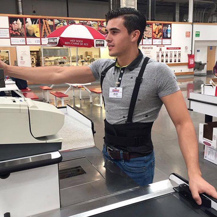 Os presentamos a Irvin Villatoro, un atractivo cajero de supermercado mexicano que despierta pasiones en Internet. Con cajeros así, no nos importaría tener que esperar para pagar 😍 (Foto: Irvin Villatoro / Facebook) #irvinvillatoro #viral #cajero #mexico #supermercado