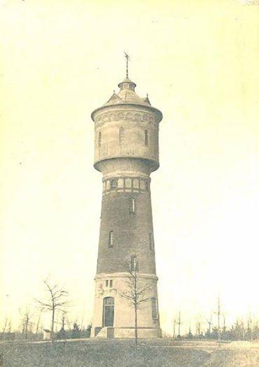 Een foto van de Watertoren kort na de de bouw Hij is gebouwd in 1914 en is 32,5 hoog