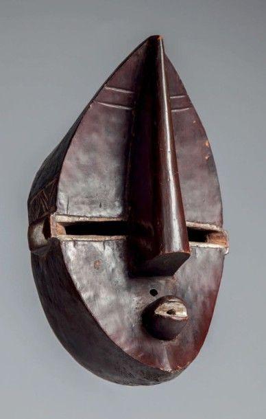 Lwalwa, Congo RDC. Ce masque «Mvondo» masculin était porté à l'occasion de danses d'initiation à la société Bangongo chez les Lwalwa du sud Kasaï. L'esthétique de ce masque a séduit les artistes modernes… - Lombrail-Teucquam - 14/02/2016