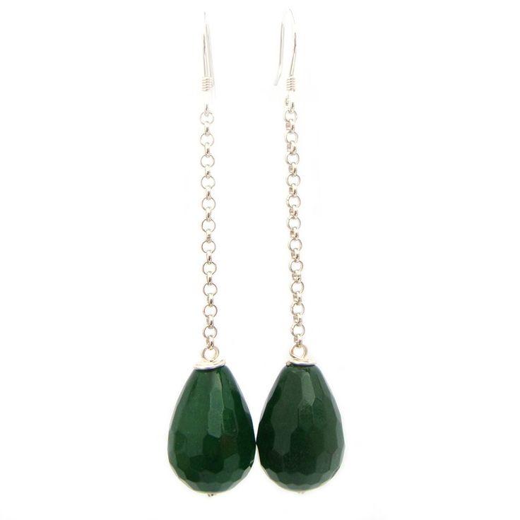 Groene jade - Ken je de oorbellen die Maxima vaak draagt? Dat zijn lange oorbellen met een druppel eraan.  Ook wel de 'Maxima oorbellen' genoemd. Deze elegante oorbellen zijn gemaakt van edelsteen jade. De jade is facet geslepen wat zorgt voor een subtiele glans. Handgemaakte oorbellen koop je bij Jewels with Flair.  Maat druppels:  19 x 12 mm  Totale lengte:  70 mm  Materiaal: sterling zilver, jade  Verpakking: wordt verpakt als cadeau  Zo blijven je sieraden mooi: vermijd vocht, ...
