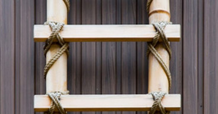 Como fazer uma escada de bambu. O bambu está em crescente popularidade entre os donos de casa, não só pela sua beleza, mas por seus benefícios ecológicos. Ele não é uma árvore, mas uma grama de crescimento rápido, que pode ser cultivada e colhida de forma sustentável. Uma haste individual de bambu pode crescer vários centímetros de espessura e até 21,3 metros de altura. Escadas ...