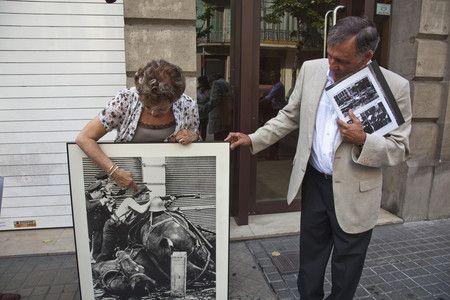 Maria Luisa Vitini, hija del miliciano, y Octavi Centelles en el lugar donde se realizo la fotografia de Agusti Centelles. JOANPUIG
