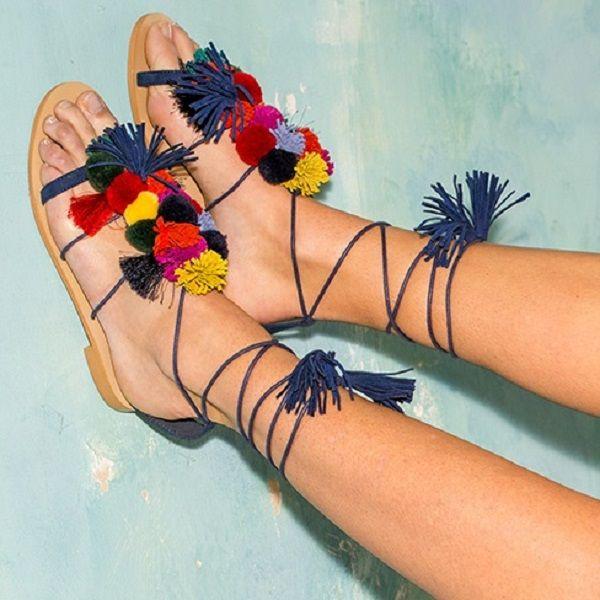 Pomponnée jusqu'au bout des pieds customisez vos sandales: https://www.rascol.com/A-234125-appareils-a-pompons-s.aspx
