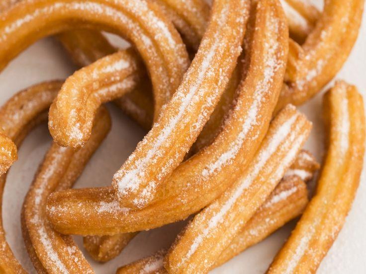 Churros zijn Spaanse zoete gefrituurde deegsliertjes die je met dit recept van churros beslag nu zelf kunt maken. Churros beslag in een spuitzak doen en knijpen boven de
