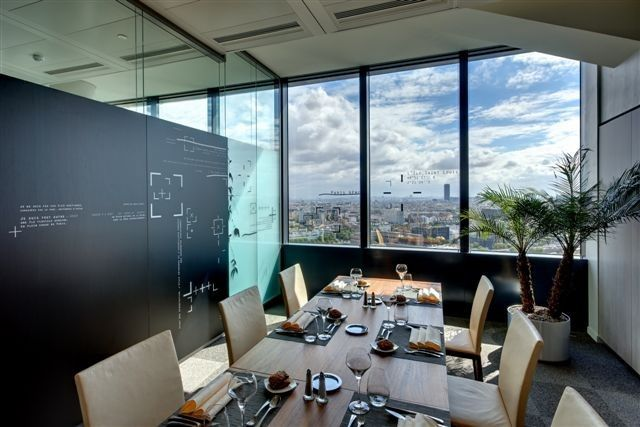 L'opérateur Bouygues Télécom a fait appel aux artistes Mel & Kio pour la réalisation de plusieurs oeuvres destinées à orner les espaces des 1er, 22ème et 23ème étage de son siège social au sein de la tour Séquana.