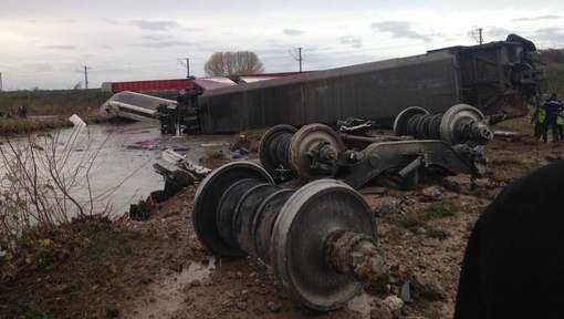 MISE À JOUR Dix personnes sont mortes samedi dans le déraillement d'une rame d'essai d'un train à grande vitesse (TGV) à Eckwersheim, près de Strasbourg (est de la France), selon un nouveau bilan communiqué par la préfecture. Au total, 49 techniciens...