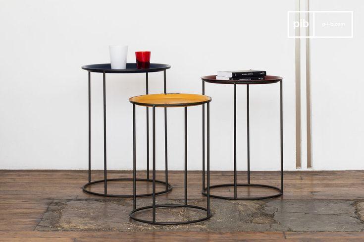 """Interamente realizzati in metallo, questi tre tavolini possono essere """"combinati"""" per creare un lungo tavolino da salotto. Oppure, usali singolarmente accanto ad un divano o come comodino."""