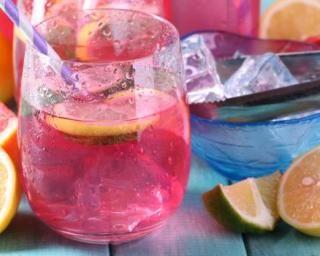 Limonade rose pamplemousse et cranberries : http://www.fourchette-et-bikini.fr/recettes/recettes-minceur/limonade-rose-pamplemousse-et-cranberries.html