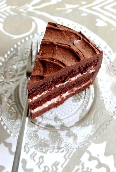 Ihanan mehevä suklaatäytekakku vadelma- ja suklaatäytteellä