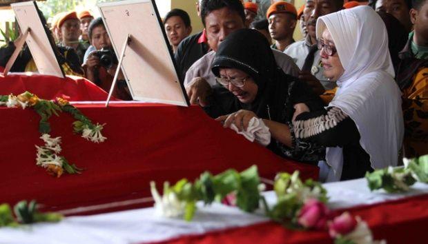 Malang - Seluruh jenazah anggota TNI AU korban pesawat Hercules C-130 HS yang jatuh di Wamena, ...