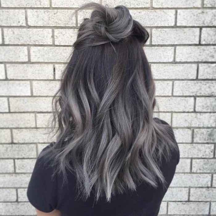 Chica de espaldas con cabello gris.