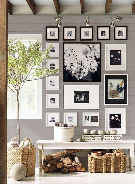 Sala, hogar - Solo necesitas cuadros para darle un cambio genial a una paredE IDEIA PARA SALA DE ESTAR. PAREDE COM QUADROS FAMILIARES.