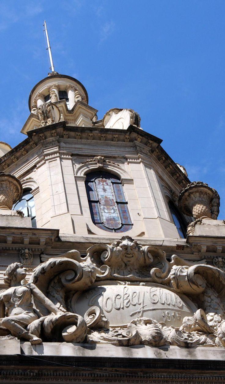 Inaugurada en 1916, la sede del Jockey Club de Rosario.