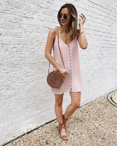 Janeiro é sinônimo de peças leves, cores mais claras e acessórios praianos. O que achou dessa inspiração de look? Ela fica ideal com o nosso Challis Liso, disponível em pronta-entrega em nossas lojas! #cotecetrend #summerlook #outfit #verão2018