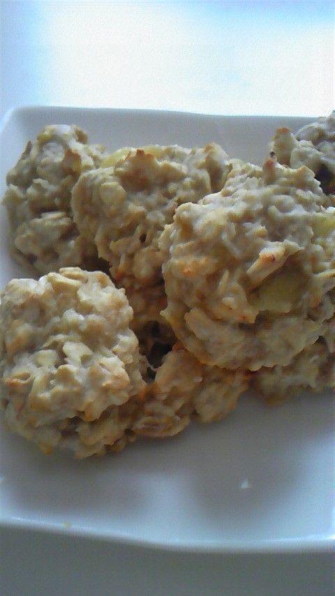トースターでオートミールミニスコーン       トースターで簡単に、さくっともっちりミニスコーンが出来ました!ジャムと一緒に時間のない朝食にも最適!    材料 (10個分) オートミール 50g 片栗粉 20g バナナ 半分 水 大2 ベーキングパウダー 小1/2 ココナッツパウダー 大1 えごまオイル 小1  作り方 1  ボールにフォーク手つぶしたバナナと、全ての材料を入れよーく混ぜる。 2   10等分しアルミホイルに並べて、トースターで8分焼く。 コツ・ポイント ジャムをつけて食べたので甘みが少ないですが、シロップ(メープル、はちみつなど)やドライフルーツを加えたらそのままでもおいしいです! レシピの生い立ち トースターで簡単にミニスコーンつくってみました! レシピID:1434108