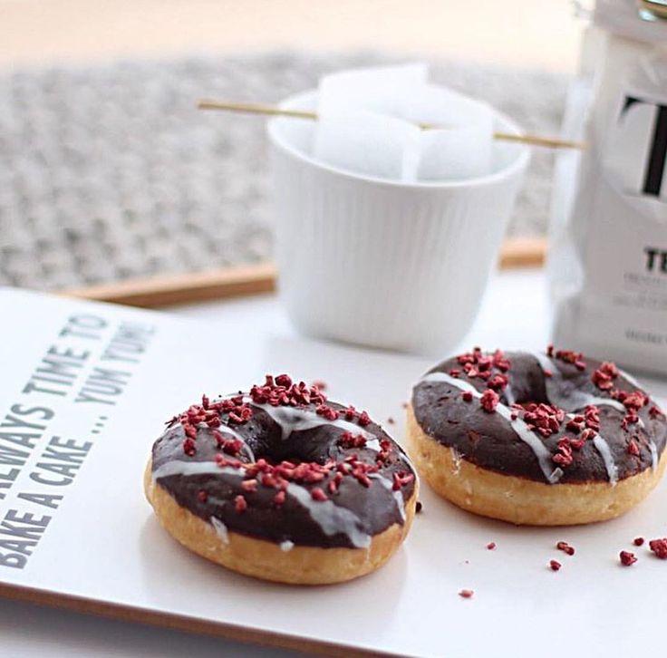 "Lækre treats serveret på Livinks ""Cut it board"" #Donuts #Cutitboard #Livink"