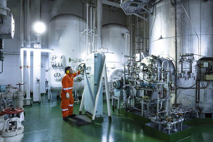 Hafen & Schiffe: RIOBARROW Maschinist im Maschinenraum für die Reederei Ahrenkiel. Fotografiert von Christian O. Bruch. Mehr unter: http://expose-photo.de/christian-o-bruch/hafen-schiffe/