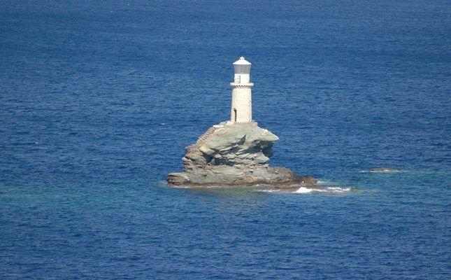 Ο φάρος Τουρλίτης, πάνω σε βράχο, στην είσοδο του λιμανιού της Χώρας Άνδρου #andros #island #greece #travel http://diakopes.in.gr/trip-ideas/article/?aid=209717