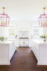 Sehr deutlich in dieser Küche ist der Kontrast der Farben dunkel braun und extra weiß.