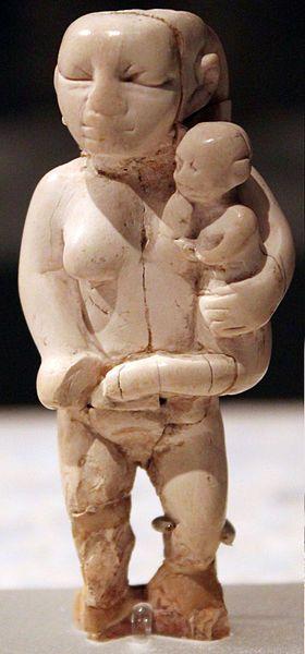 La mujer y el niño. Fecha: 3000 A.C. - Cultura badariense, Egipto Predinástico. Material: marfil.  Ubicación actual: Neues Museum (Berlín).
