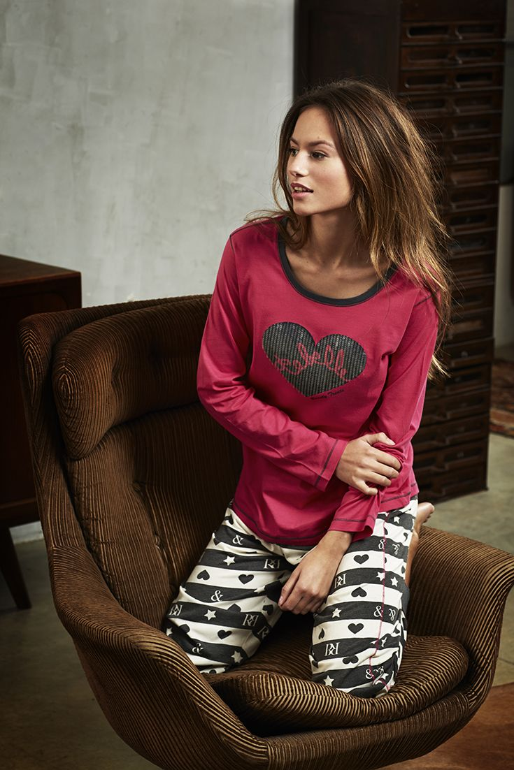 This Rebelle  'Hearts & Stars' long melee pants is matched with 'Loveheart & Sparkle' long sleeved deep pink Mix & Match ladies top Take a look at - https://www.pyjama-direct.nl/en/women/mix-match/?mode=grid&limit=24&sort=newest&max=50&min=0&brand=293841