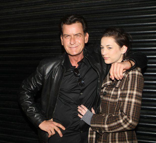 Das wilde Leben des Charlie Sheen: 2013 Charlie Sheen zeigt sich bei einem Konzert in Irland mit neuer Freundin. Georgia Jones ist 22 Jahre jünger als der Schauspieler und - wie passend - Porno-Darstellerin.