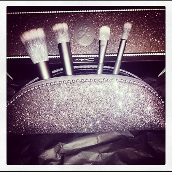 Mac brush bundle Brand new never used. Keepsakes/M•A•C Mineralize Brush Kit grants a luxurious finish to your face with tools that work perfectly with Mineralize products and more. Includes 187SE Duo Fibre Face Brush, 130SE Short Duo Fibre Brush, 286SE Duo Fibre Tapered Blending Brush and 287SE Duo Fibre Eye Shadow Brush . MAC Cosmetics Accessories