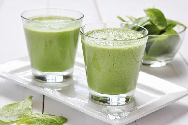 ローフードの中でも多種多様な栄養素が含まれ、特に栄養価が高い植物素材をスーパーフードといい、モデルの間では注目されています。緑黄色野菜をふんだんに使用するスムージーは健康的ですが、野菜だけでは意味がありません。ビタミン群は油と一緒に摂取する事で、きちんと消化吸収されるのです。ココナッツオイルを加えてスーパーフードにしましょう。