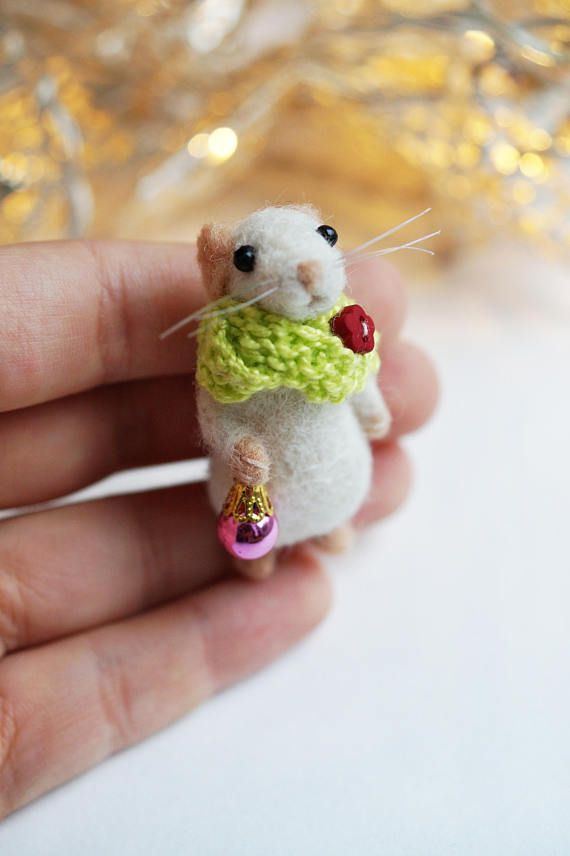 Needle felted mouse with Christmas bauble | Trocken filzen ...