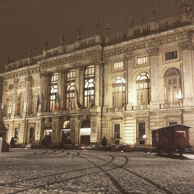 Piazza Castello innevata, vagone Primo Levi