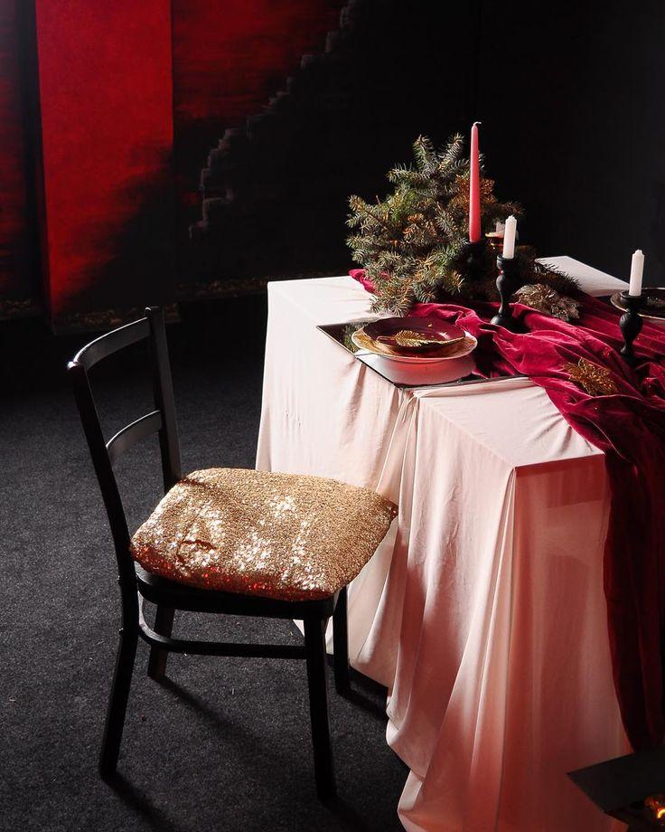 Место для репетиции рождественского ужина на двоих. Приглушённый свет зажженные свечи блеск и бархат. Наденьте красивое платье с вырезом на спине и позируйте-позируйте-позируйте! Но для начала запишитесь на съёмку в этом зале @crystal_photo_zp