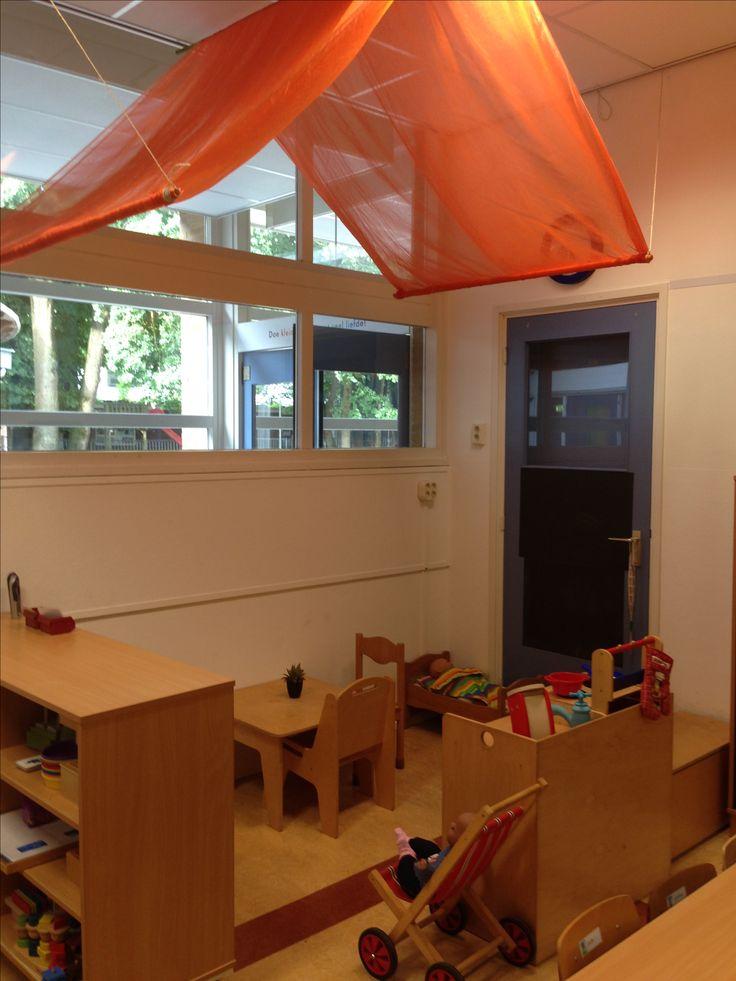 Huishoek groep 1/2. De 1e weken van het schooljaar is de huishoek een huis. Woonkamer, keuken en babykamer.