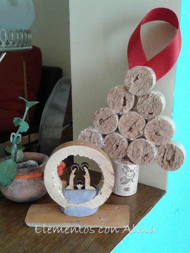 Mini nacimiento de madera ensamblado en rodajas de calabaza. Arbol navideño de corchos. Reciclado.