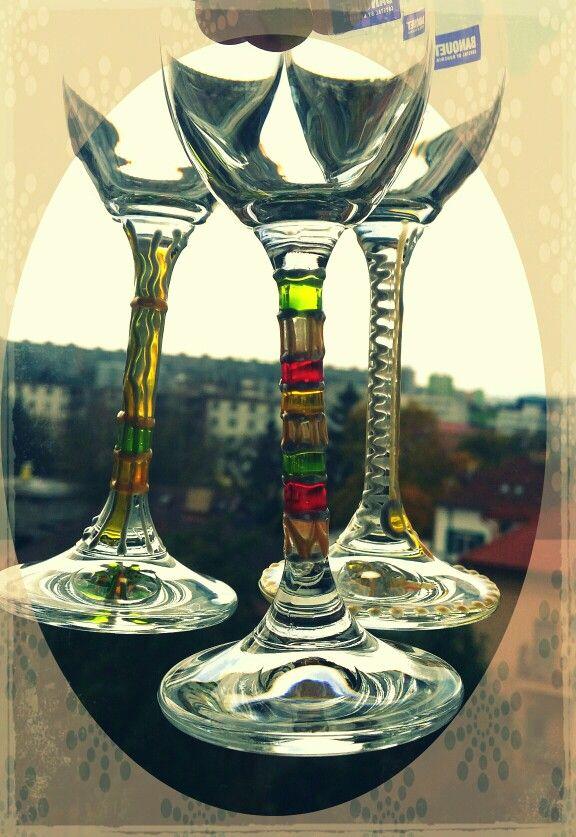 Ručne maľované poháre - ozdobené stopky farbami na sklo.